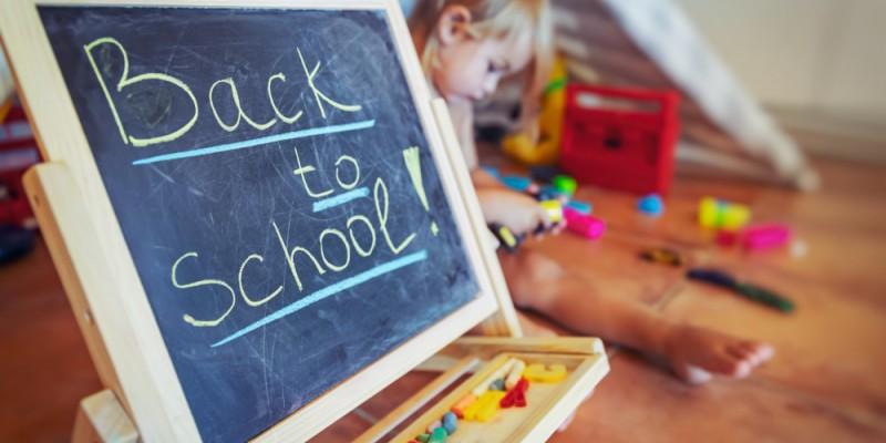 Back to school écrit sur un tableau noir avec un enfant derrière
