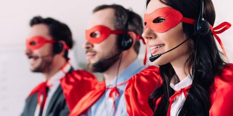 conseillers de Partners Finances déguisés en super-héros prêts à répondre à vos questions par téléphone