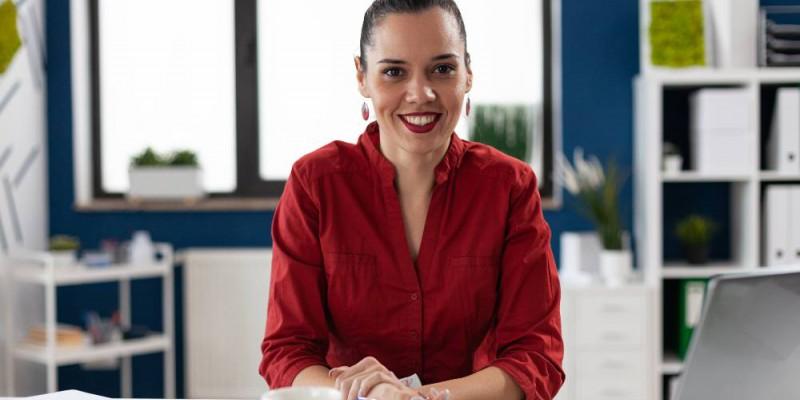 femme entrepreneure à son bureau