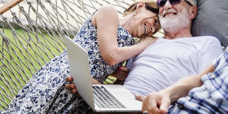Un couple de retraité heureux d'obtenir leur rachat de crédits au meilleur taux