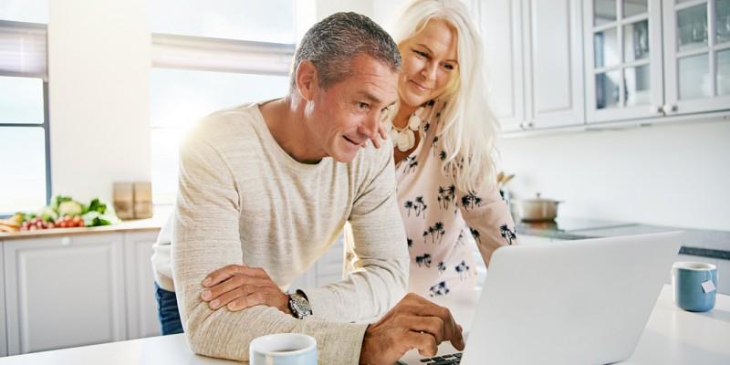 un couple de retraité anticipe une baisse de revenus grâce au rachat de crédits