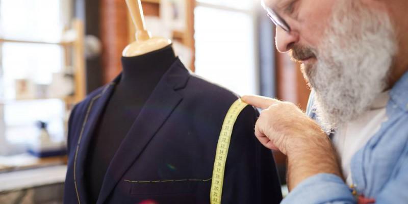 tailleur préparant un costume sur-mesure