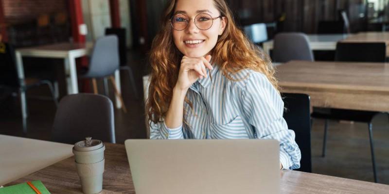 Femme travaillant à la création de son entreprise