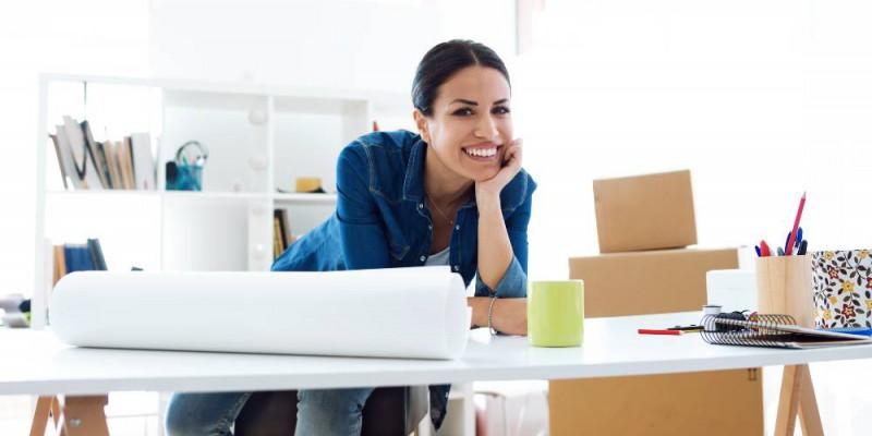 Femme entrepreneure souriante a son bureau