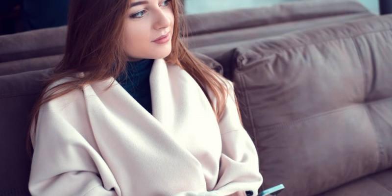 jeune femme patientant sur un canape
