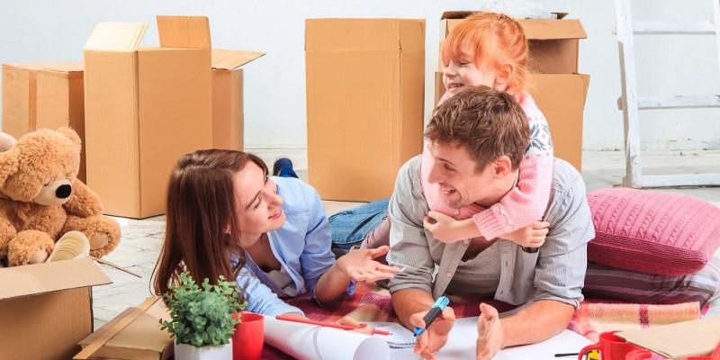 Famille heureuse dans sa nouvelle maison en aménageant la chambre