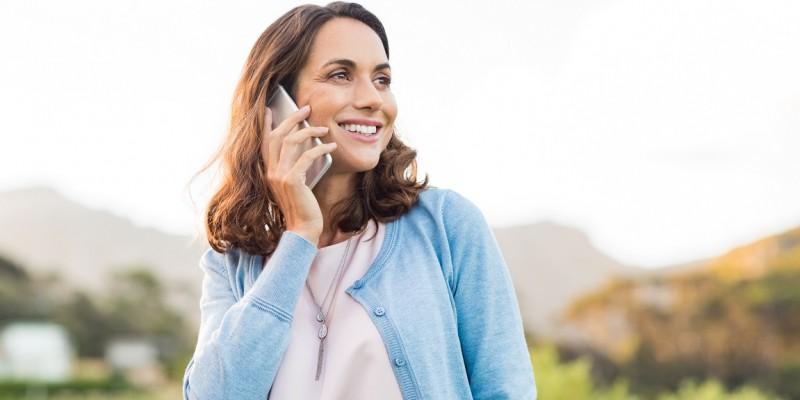 Une dame téléphone pour demander s'il est obligatoire d'avoir une assurance emprunteur dans son rachat de crédits