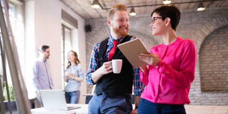 Deux entrepreneurs heureux trouvant des solutions pour financer le développement d eleur activité.