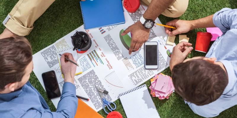 groupe de personnes preparant leur projet d'entreprise