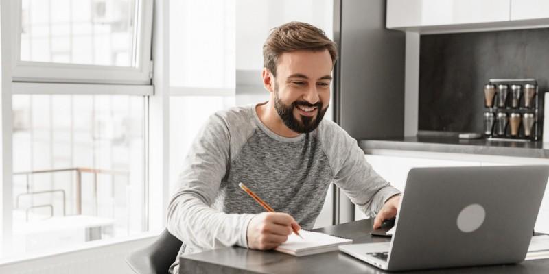 Un homme est devant son ordinateur et demande un rachat de crédits sans hypothèque