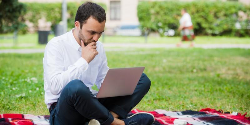 Un homme réfléchit et doit choisir entre renégocier ou faire racheter son crédit immobilier
