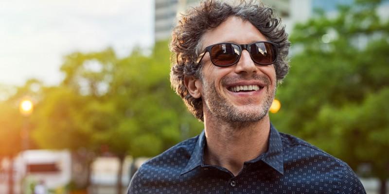 Un homme sourit car il opte pour un rachat de crédits en luttant contre le surendettement