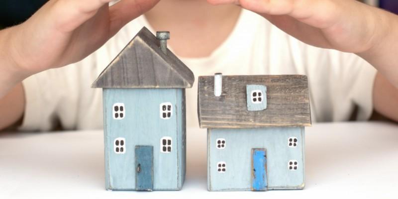 mains protégeant de petites maisons