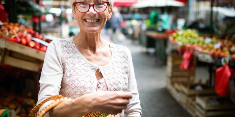 femme au marché heureuse d'avoir trouvé le meilleur rachat de crédit
