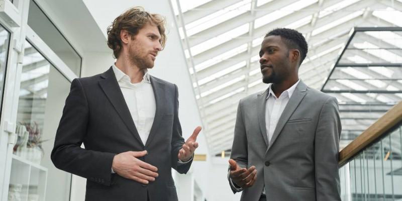 Deux dirigeants discutant des besoins immobiliers de leur entreprise
