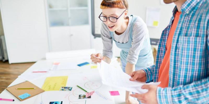 Deux entrepreneurs en plein brainstorming