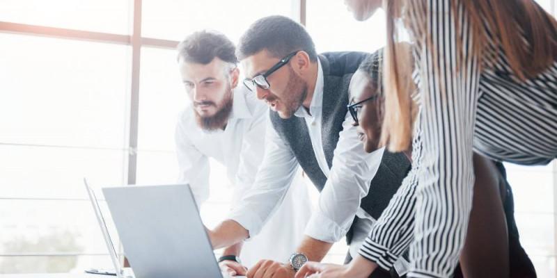 Associés reflechissant au financement de l'entreprise