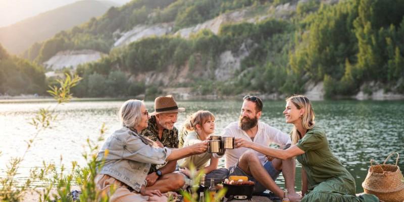 famille multigénérationnelle en vacances au bord d'un lac en montage