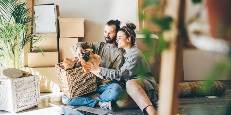 Couple déballant ses cartons après avoir acheté leur maison.