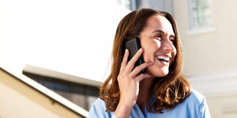 femme au téléphone heureuse d'obtenir son rachat de crédit sur 15 ans
