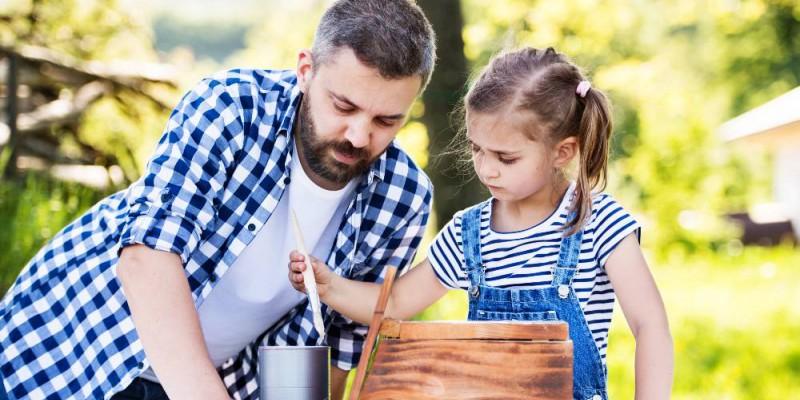 père et fille qui bricolent dans le jardin