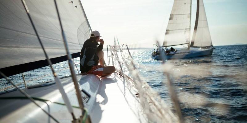 homme sur voilier regardant la mer