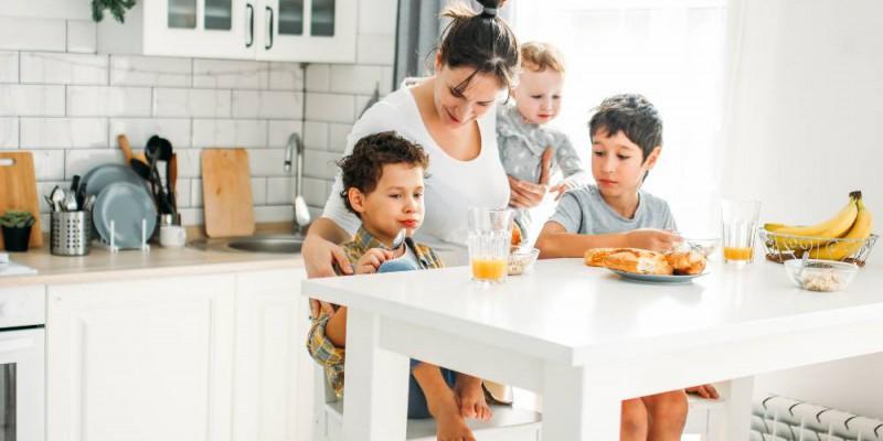 Mère et ses trois enfants prenant le petit déjeuner