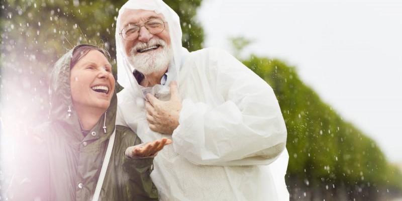 Seniors heureux sous la pluie