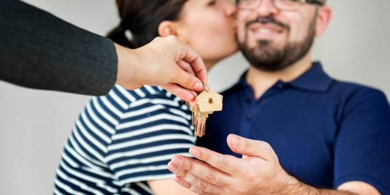 Couple heureux recevant les clés de sa nouvelle maison